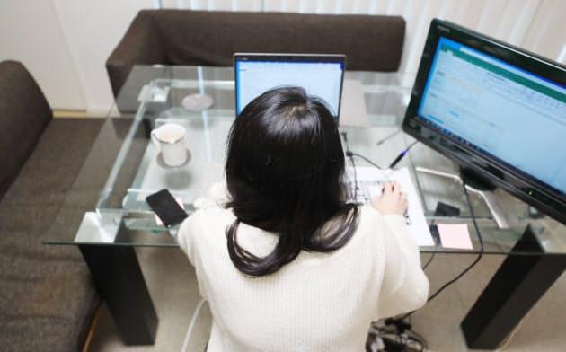 テレワークの推進が求められている(在宅勤務でパソコンに向かう会社員)