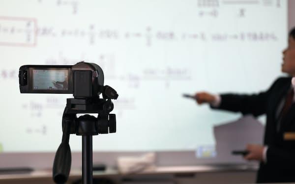 教育のデジタル化を急ぐ(オンラインで授業を実施する高校)