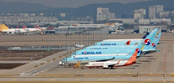 仁川国際空港の駐機場で待機する各社の航空機=ロイター