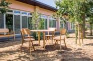 屋外に2年間置いてもほとんど傷みがないという天童木工の屋外用家具