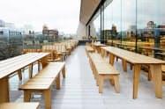 都内の有名なカフェに設置された天童木工の屋外用家具