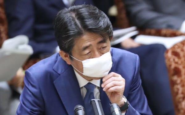 参院予算委で答弁する安倍首相(30日)