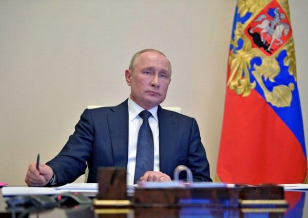 プーチン氏は地方首長らとのテレビ会議で外出制限の緩和にむけた計画をまとめるように指示した(28日、モスクワ郊外)=ロイター