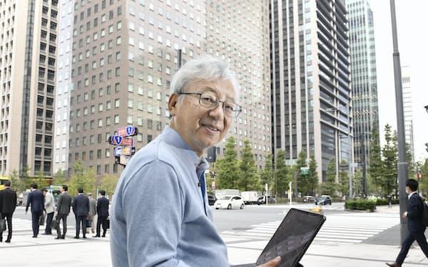 いとう・もとしげ 1951年、静岡県生まれ。東京大学経済学部を卒業し、米ロチェスター大学大学院で博士号を取得。東大教授を経て2016年から現職。経済財政諮問会議の民間議員をはじめ、これまで務めた政府関連の役職は40近い。専門は国際経済学。「人と人とが協力すれば(1+1)、合計以上の力(3?)を出せる」が持論だ(東京・大手町で)