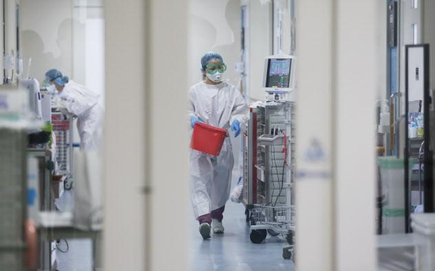 新型コロナウイルスの陽性患者が入院している汚染区域で働く医療従事者(30日、東京都世田谷区の自衛隊中央病院)