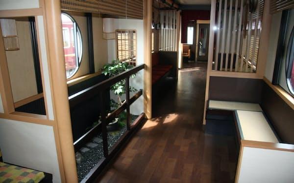 土日祝日に京都線を走る「京とれいん雅洛」は坪庭や畳座席などで、京都らしさを演出している