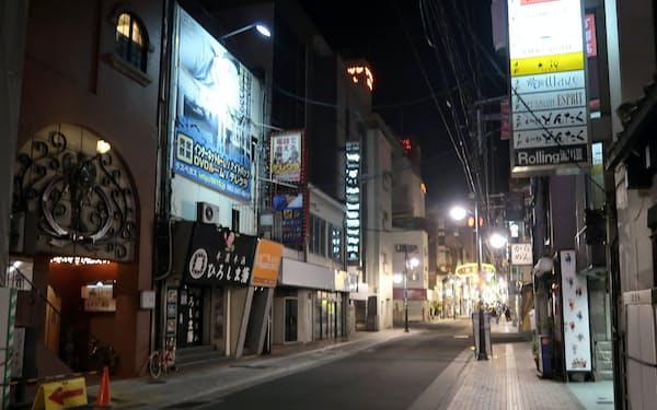 人通りが消えた広島市の流川地区(28日午後9時過ぎ)
