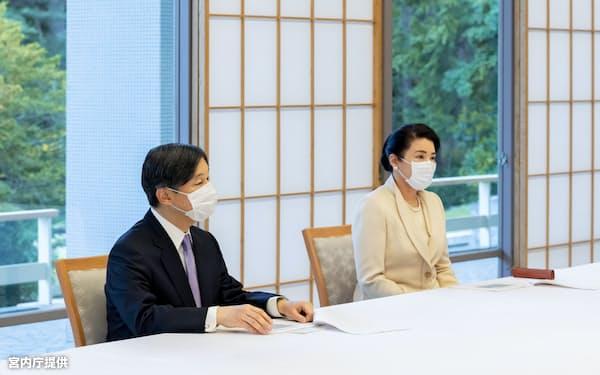 新型コロナウイルスについて政府の専門家会議の尾身茂副座長から説明を受ける両陛下=宮内庁提供