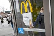 ニューヨーク市内のマクドナルドはテイクアウトに限定した営業となっている=AP