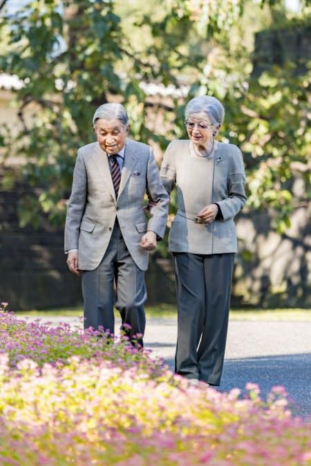 皇居内を散策中、アカバナソバの花を見る上皇ご夫妻(2019年10月30日)=宮内庁提供