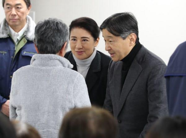 台風19号の被災者を見舞う天皇、皇后両陛下(2019年12月26日、宮城県丸森町)