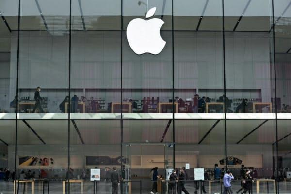 アップルは3月中旬までに中国本土の全ての直営店の営業を再開した(浙江省杭州市のアップルストア)