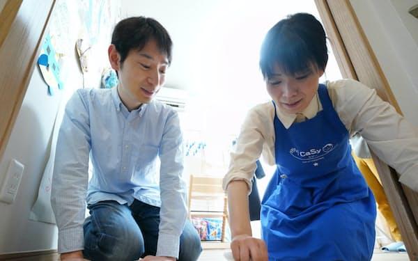 家事代行サービスを頼みがてら掃除のコツを教えてもらう加藤たけしさん(左)=東京都新宿区