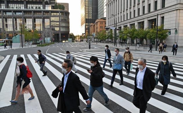 帰宅のため東京駅に向かう人たち(4月8日、東京・丸の内)