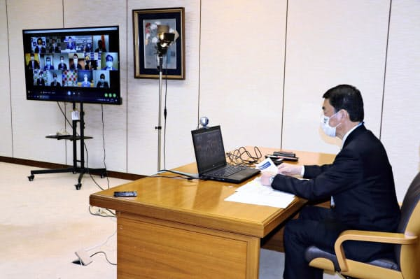 「日本創生のための将来世代応援知事同盟」のテレビ会議に参加する宮城県の村井嘉浩知事(28日、仙台市)=共同