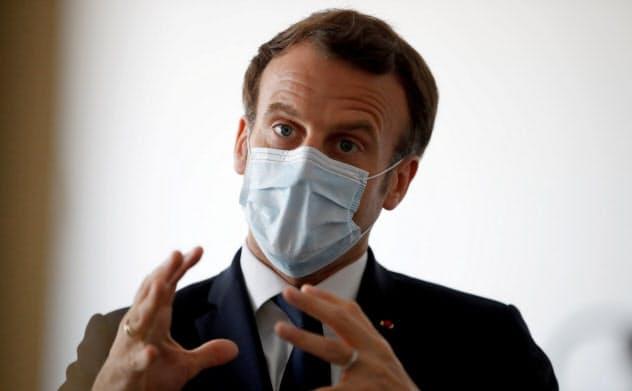 マクロン大統領は一般向けマスクの有効性について、突然意見を変えた=ロイター