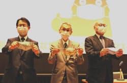 手作りマスクの買い取りを発表する肥後銀行の笠原慶久頭取ら(左、熊本市)