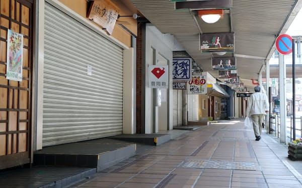 多くの店舗がシャッターを閉め、閑散とする箱根湯本駅前の商店街(4月29日、神奈川県箱根町)