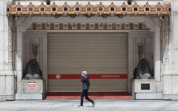 新型コロナの影響で臨時休業した三越日本橋本店(4月29日、東京都中央区)