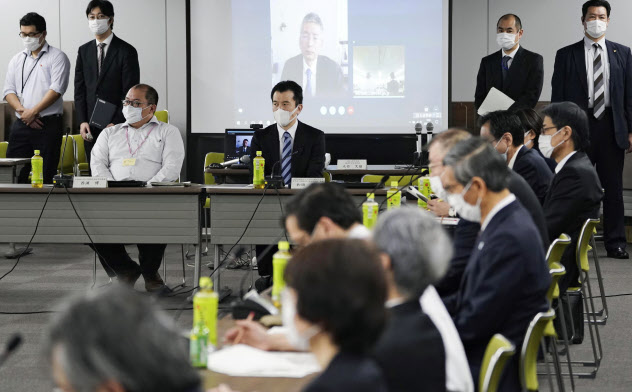 厚労省で開かれた新型コロナウイルス感染症対策専門家会議=1日(共同)