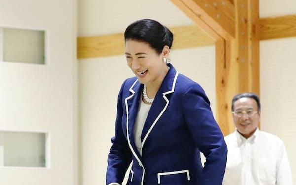 秋田県動物愛護センターで、リーダーウオークを体験する皇后さま(2019年9月、秋田市)