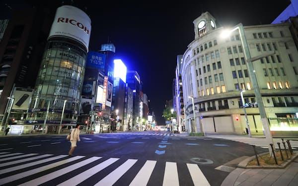 緊急事態宣言を受けて閑散とする銀座4丁目交差点付近(4月8日、東京都中央区)