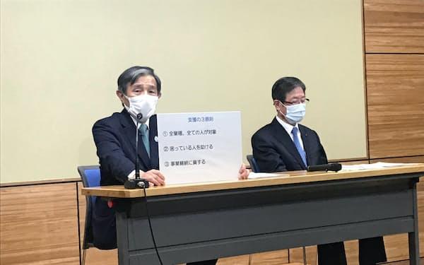 企業支援策を発表する和歌山県の仁坂吉伸知事(左)(1日、和歌山市)