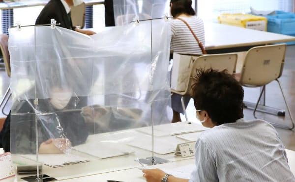 雇用調整助成金は申請書類をそろえるのが大変だとの指摘が多い(大阪市内の相談窓口)