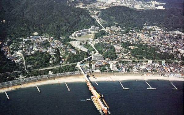 山から海へと延びるベルトコンベヤー(神戸市提供)