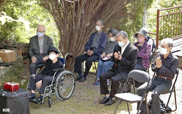 水俣病の公式確認から64年を迎え、熊本県水俣市で患者団体「水俣病互助会」により営まれた慰霊祭(1日午後、代表撮影)