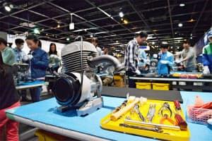 ヤマハ発動機は親子で実際のエンジンを分解、組み立てに取り組む教室を毎年開いている