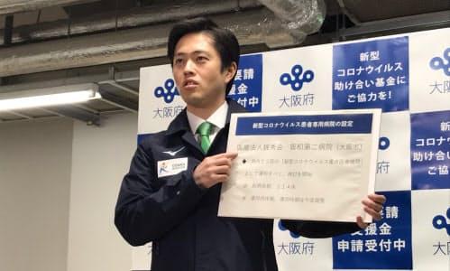記者団の取材に応じる吉村知事(1日、大阪府庁)