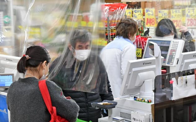 新型コロナウイルスの感染拡大に伴い、従業員と客を隔てるビニールカーテンを取り付けるスーパーが増えている(東京・板橋)
