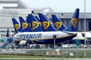 アイルランドのダブリン空港に駐機するライアンエアー機(1日)=ロイター