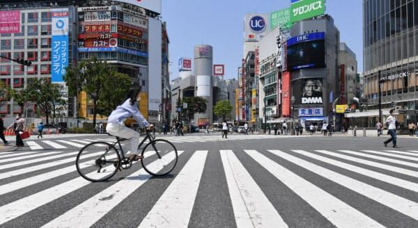 人通りがまばらなJR渋谷駅前(5月2日)。外出自粛で長寿企業も打撃を受けた