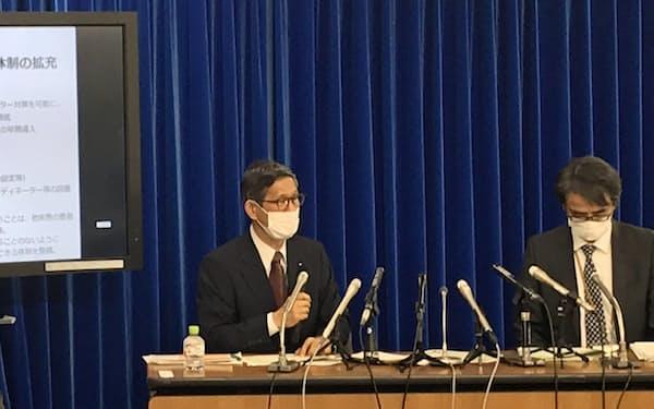 記者会見する専門家会議副座長の尾身茂氏(左)(1日、東京・霞が関)