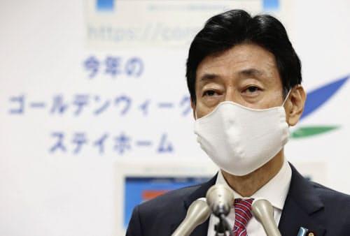 新型コロナウイルス感染症への対応について記者会見する西村経財相(3日午前、内閣府)=共同