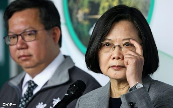 台湾の蔡英文総統(右)=ロイター