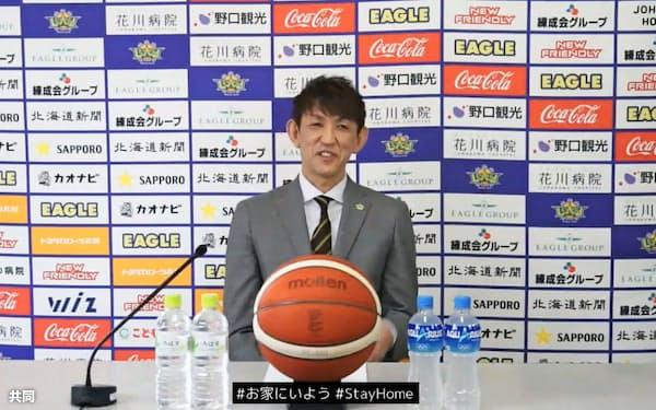 オンラインで引退記者会見するB1北海道の折茂武彦(3日、チーム公式ユーチューブより)=共同
