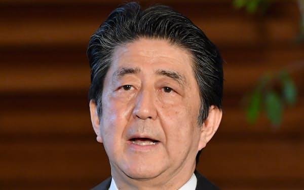 緊急事態宣言延長の方針を表明する安倍首相(1日、首相官邸)
