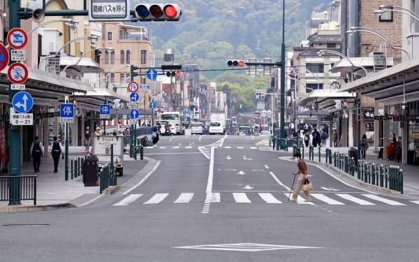 行き交う人の少ない京都市の四条河原町の交差点(3日、京都市下京区)