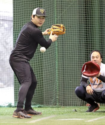 ブルペンの打席に入り、投球を見る巨人の丸(4日、川崎市のジャイアンツ球場)=球団提供・共同