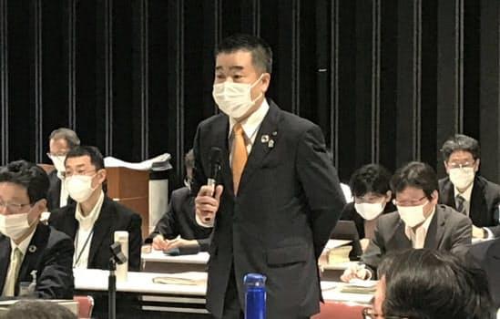 新型コロナ対策協議会で発言する滋賀県の三日月知事(4日、滋賀県庁)