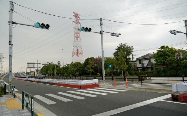 自転車の男性がはねられ死亡した横断歩道。車通りは少なかった(4月、東京都府中市)