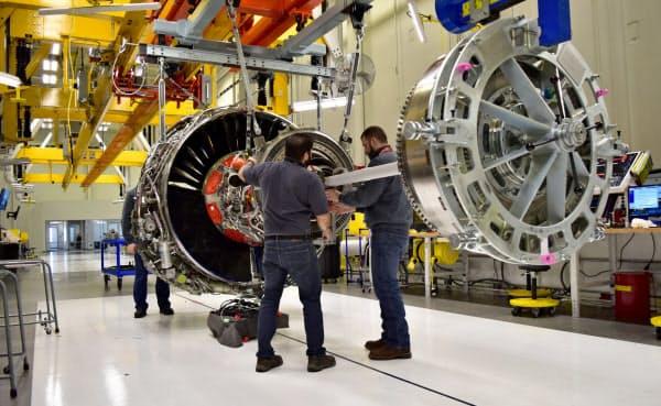 GEは航空機エンジン部門の従業員を追加削減する(インディアナ州のエンジン工場)=ロイター