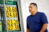 3月にペソは対ドルで下落した(3月30日、メキシコシティ)=ロイター
