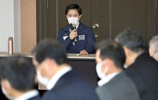 大阪府新型コロナウイルス対策本部会議であいさつする吉村知事(5日、大阪市中央区)