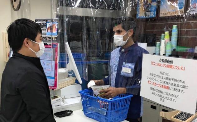 コンビニではレジにビニールカーテンを設置して感染拡大を防ぐ(東京都渋谷区のローソン店舗)