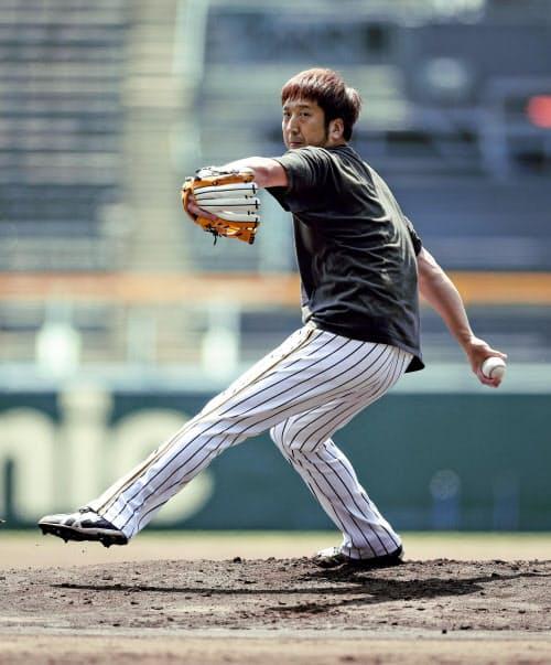 投球練習する阪神・藤川(5日、甲子園)=球団提供・共同