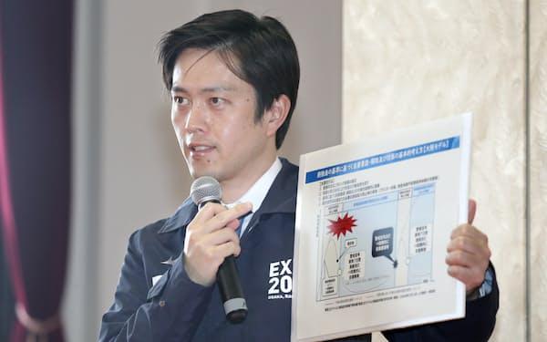 大阪府新型コロナウイルス対策本部会議を終え、記者の質問に答える吉村知事(5日、大阪市中央区)